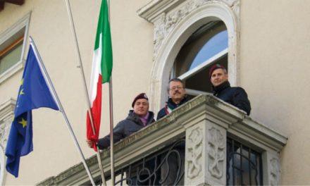 I Paracadutisti della Val Seriana donano il tricolore a Vertova