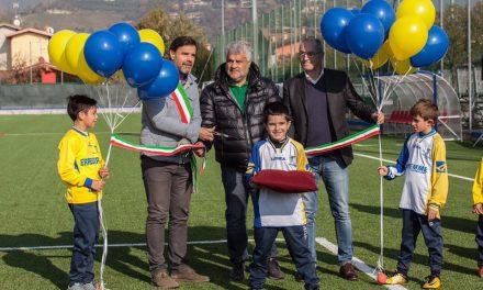 Sportivi in festa all'inaugurazione del campo da calcio in erba sintetica