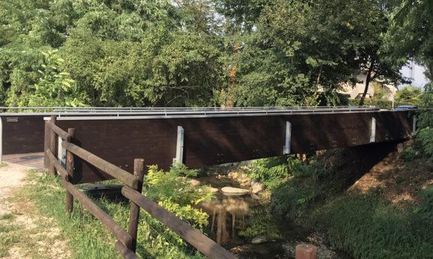 Pulito e riverniciato da un gruppo di residenti il ponte sul torrente Seniga