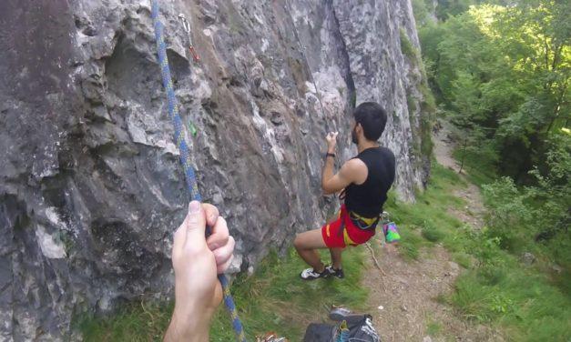 In arrampicata sulle falesie di Valgua