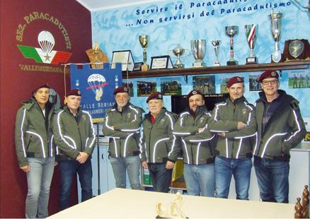 """Assemblea annuale dell'ANPD'I Valseriana """"Giuseppe Guarnieri"""". Consegnati i brevetti di lancio del 9° corso paracadutisti"""